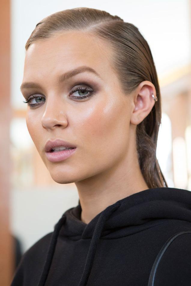 hbz-makeup-trends-2017-glow-for-it-balmain-bks-m-rs17-2590_1
